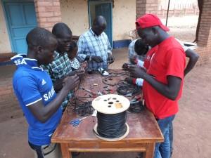 Alcuni giovani operatori delle radio impegnati in un corso di formazione