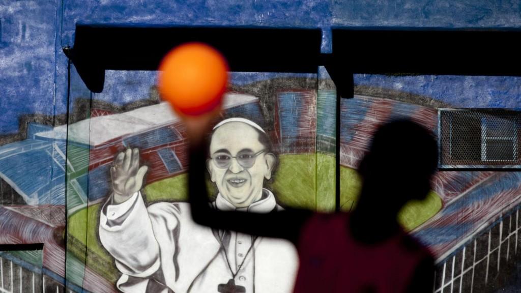 Papa-Francesco-poveri-dellArgentina-festeggiano-un-anno-di-pontificato-8-1024x576